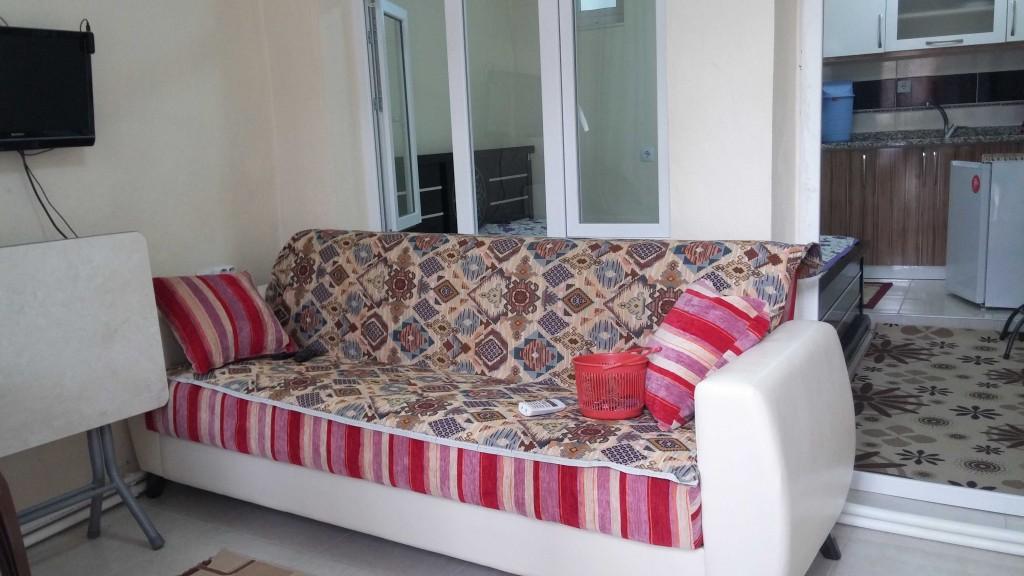 ciftehan cevik pansiyon 1+1 oda içi düzeni fotoğrafı-çift kişilik kanepe ve oturma odası